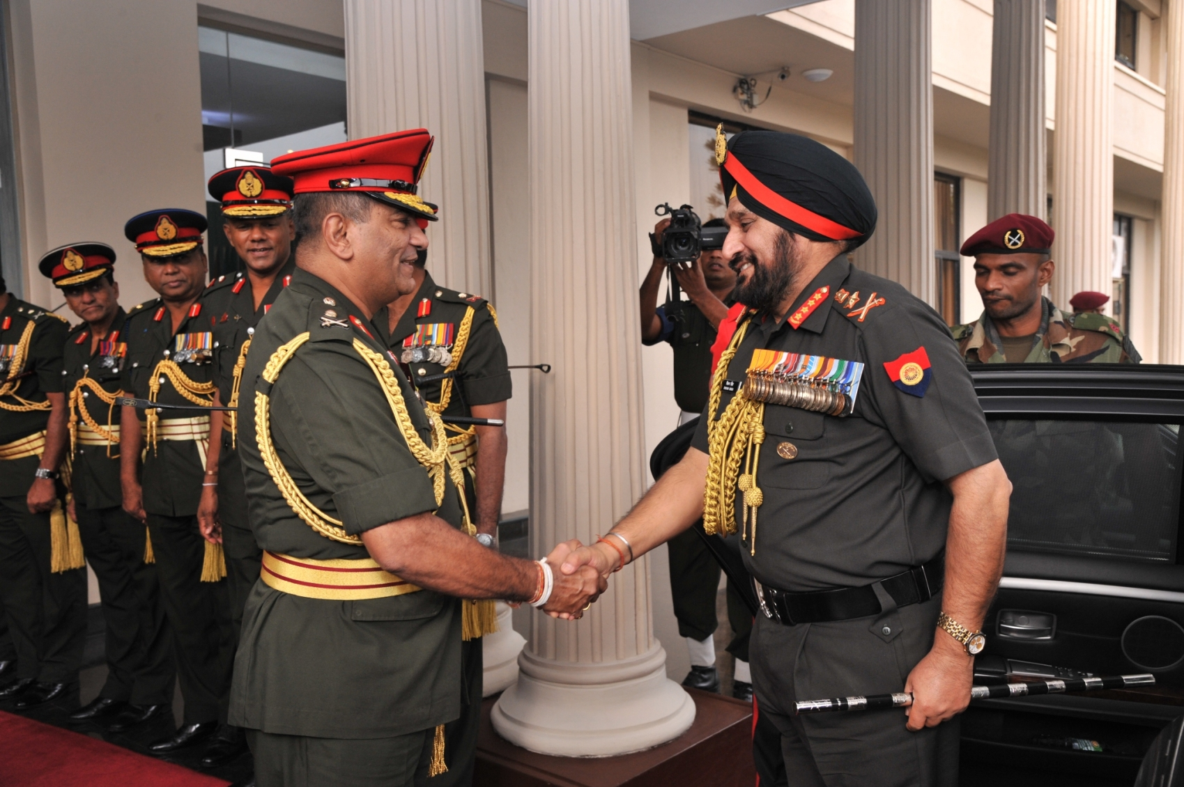 Gen Bikram Singh being recieved by Lt Gen Jagath Jayasuriya  Commander of Sri Lanka Army