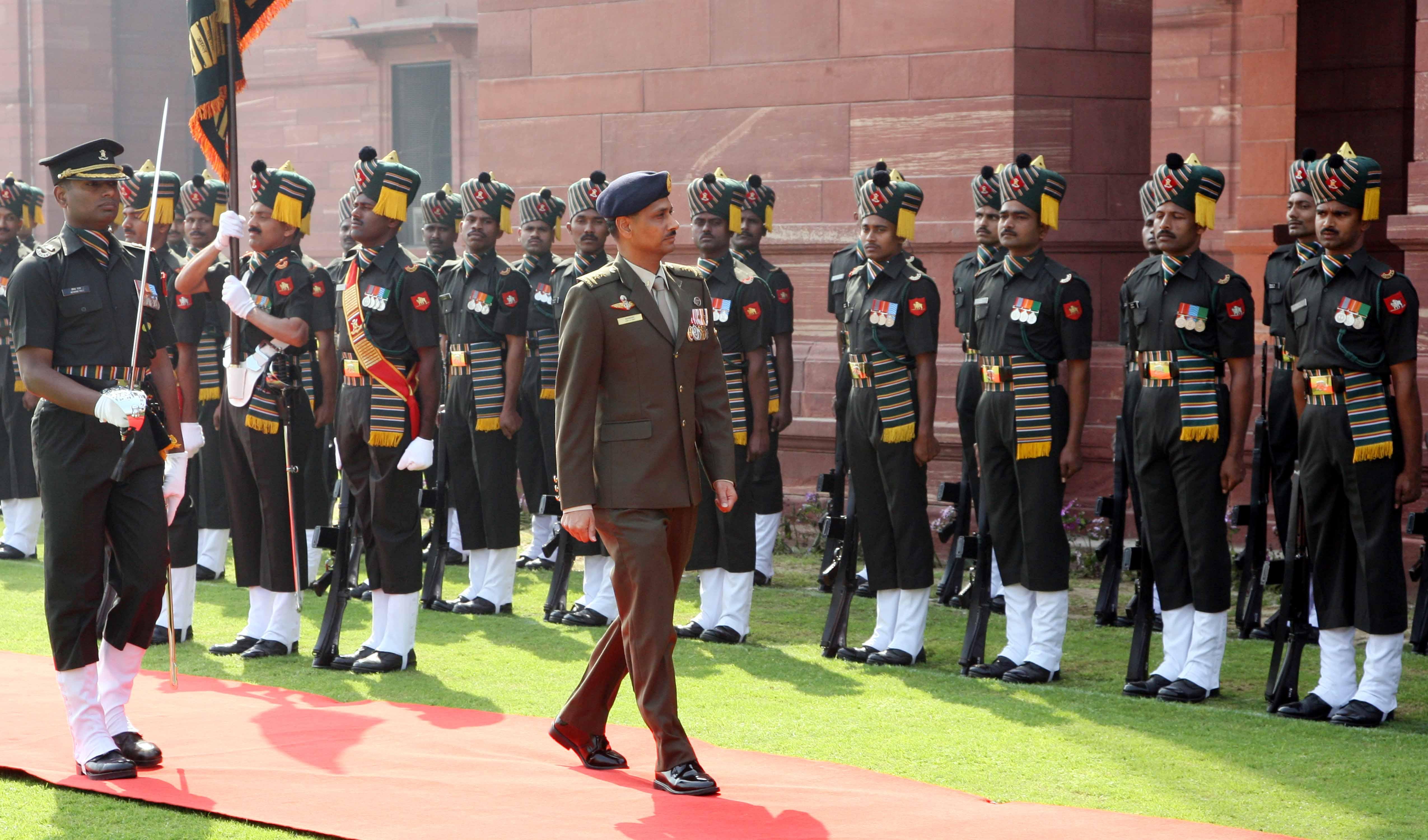 Maj Gen Ravinder Singh COA Singapora Army Inspecting Guard of Honour