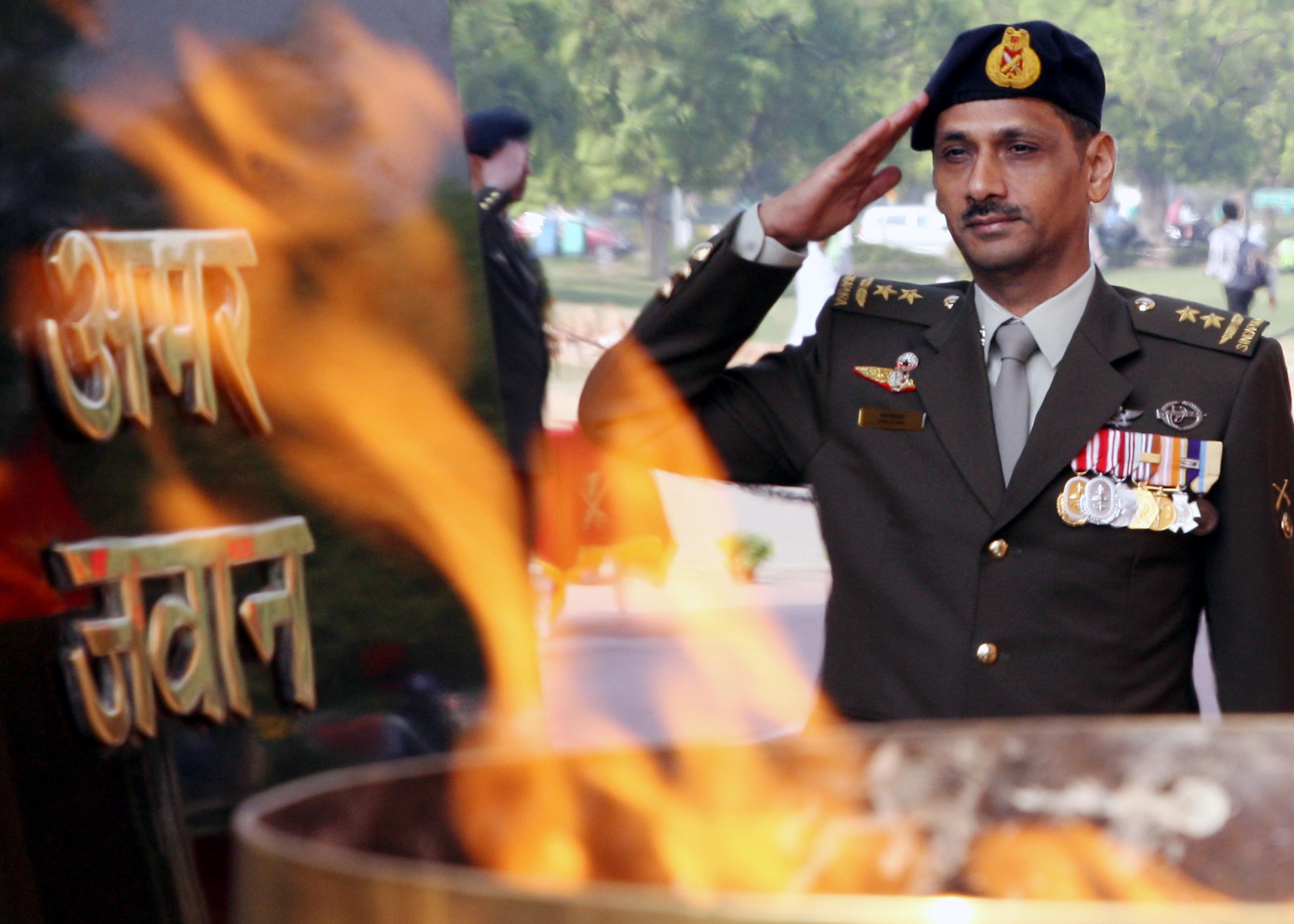 Maj Gen Ravinder Singh COA Singapora Army saluting Amar Jawan Jyoti