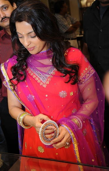 Juhi Chawla trying the Pearl Bangdis at Suranas Jewelove