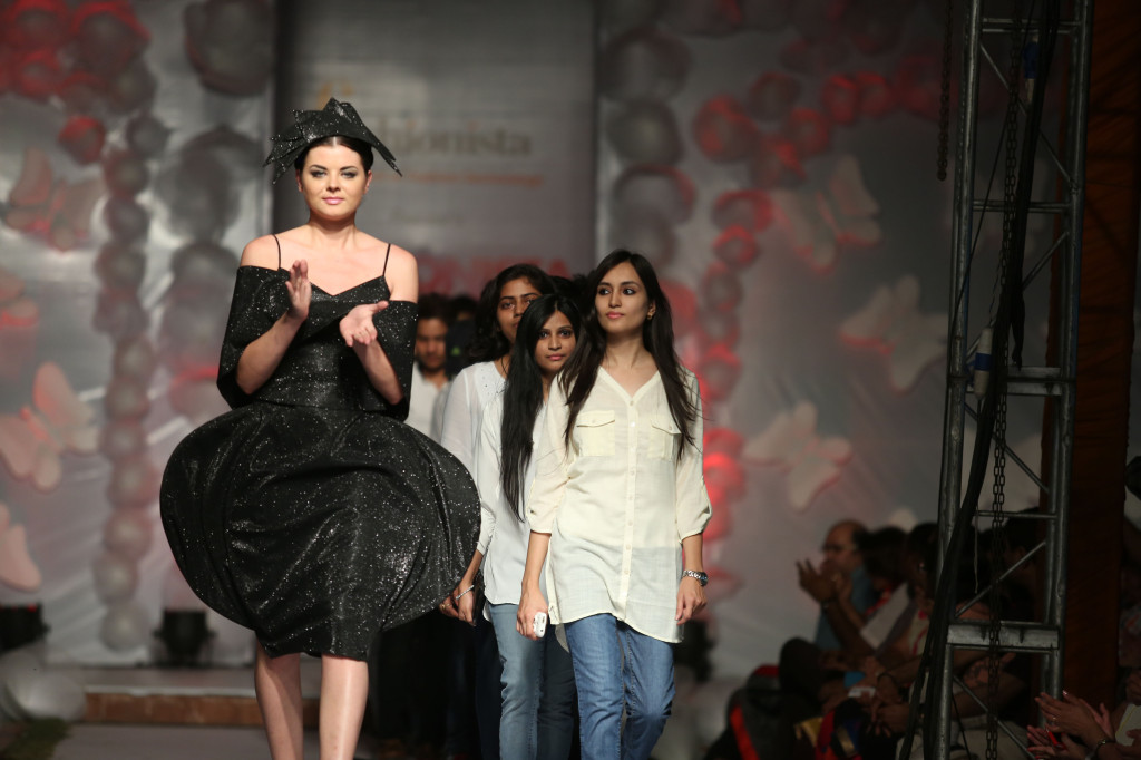 Model with students who design Dark Shadow Theme