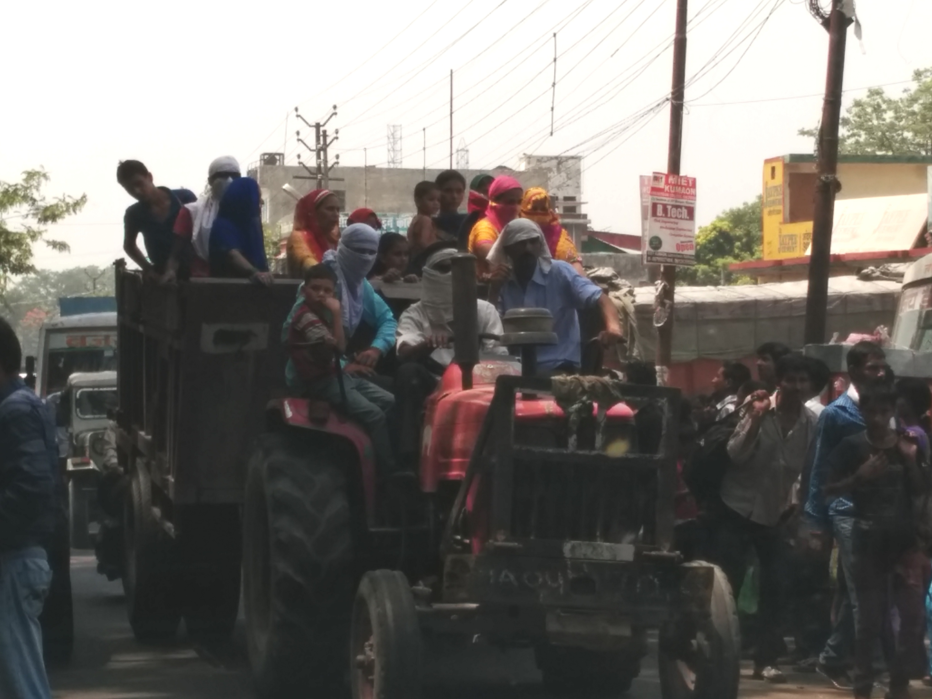Overcrowding on tractor_Autocar India Uncool Moments
