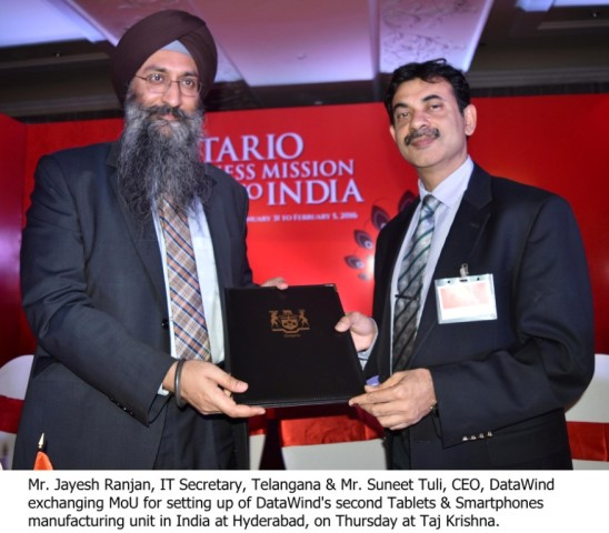 Mr. Jayesh Ranjan, IT Secretary, Telangana & Mr. Suneet Tuli, CEO, DataWind exchanging MoU for setting up of DataWind's second Tablets & Smartphones manufacturing unit in India at Hyderabad, on Thursday at Taj Krishna.