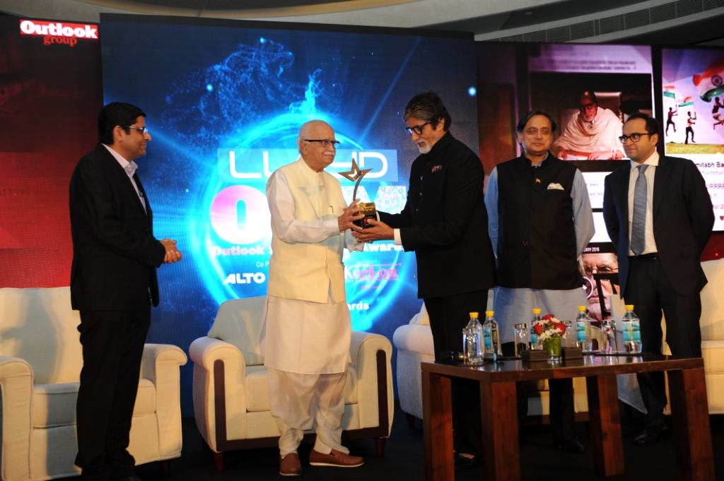 mr-advani-giving-award-to-mr-bachchan