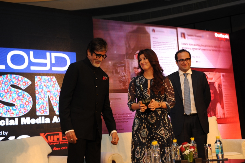 mr-bachchan-giving-award-to-twinkle-khanna